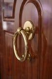 Poignée sur la porte en bois Photos stock
