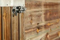 Poignée sur un mur en bois Images libres de droits