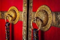 Poignées de porte décorées de monastère bouddhiste tibétain images stock