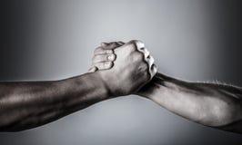Poign?e de main, bras Poign?e de main amicale, salutation d'amis D?livrance, coup de main Main masculine unie dans la poign?e de  photographie stock