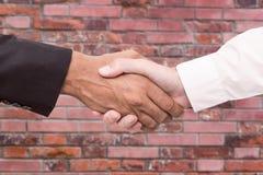 Poign?e de main d'affaires et gens d'affaires de concepts Deux hommes se serrant la main image libre de droits