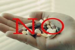 Poign?e de pilules dans sa main D?pression d'effort Il n'y a aucun auto-empoisonnement intentionnel par des m?dicaments et des pi photographie stock libre de droits