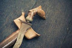 Poignard malais antique ou Keris sur le plancher en bois Image stock