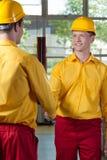 Poignée de main de travailleurs dans une usine Photo stock
