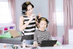 Poils de bordage de jeune mère sa fille Photographie stock libre de droits