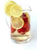 Poinçon de fraise dans une cruche en verre d'isolement sur le fond blanc Images stock