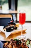 Poinçon rouge régénérateur de cocktail avec en le verre de vin mousseux sur des Di photos stock