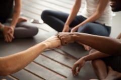 Poing africain et caucasien d'hommes se cognant lors de la réunion de groupe, plan rapproché Image stock