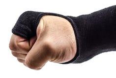 Poing de boxeur avec des enveloppes de poignet sur un fond blanc Images libres de droits