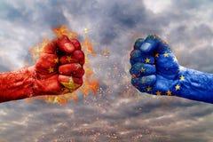 Poing deux avec le drapeau de la Chine et de l'UE faites face à l'un l'autre photo libre de droits
