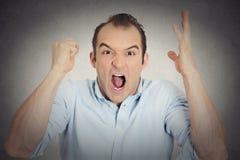Poing fâché de jeune homme de renversement de Headshot dans le hurlement ouvert de bouche d'air photos stock