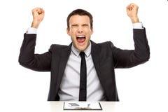 Poings victorieux de fixation d'homme d'affaires vers le haut Images stock