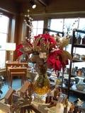 Poinsetias en regalos del florero de s Imágenes de archivo libres de regalías
