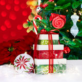 Poinsettia & presentes do ornamento do Natal Imagens de Stock
