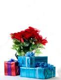 Poinsettia und Geschenke lizenzfreie stockfotos