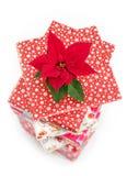 Poinsettia- und Weihnachtspräsentkartons Stockfotos