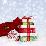 Poinsettia y presentes del ornamento de la Navidad Imágenes de archivo libres de regalías