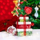 Poinsettia y presentes del ornamento de la Navidad Imagenes de archivo