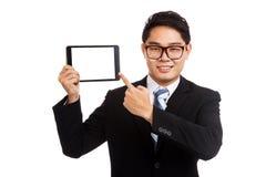Point asiatique d'homme d'affaires pour marquer sur tablette le PC Photographie stock libre de droits