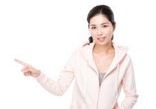 Point asiatique de doigt de femme de côté Images libres de droits
