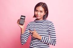 Point asiatique de femme à la calculatrice photo libre de droits