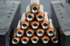 Point creux, balles revêtues de cuivre empilées dans un betwe de pyramide Images libres de droits