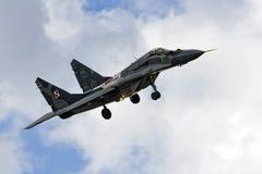 Point d'appui militaire du combattant MIG 29 sur le ciel bleu Image libre de droits