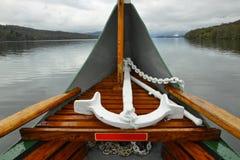 Point d'attache sur le nez de bateau sur le lac, jour nuageux Image libre de droits
