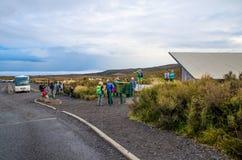 Point d'entrée outre de route de Mangatepopo au bâti Tongariro Les gens peuvent vu attendant leur ami et préparant pour commencer Photos libres de droits