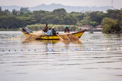 Point d'hippopotame de 2017 septembre 17, Kisumu, le lac Victoria, Kenya Les jeunes pêcheurs africains dans la vieille pêche en b Images libres de droits