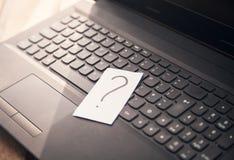 Point d'interrogation dans le clavier d'ordinateur portable photos libres de droits