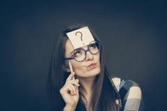 Point d'interrogation de pensée de femme sur sa tête Images libres de droits