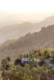 Point d'observation de paysage de montagne de début de la matinée avec le brouillard chez Umphang Province de Mae Hong Son, Thaïl Photographie stock libre de droits