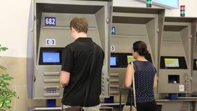 Point de contrôle biométrique d'aéroport (éditorial) banque de vidéos