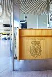 Point de contrôle de police dans l'aéroport espagnol Photographie stock libre de droits
