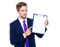 Point de doigt d'homme d'affaires au livre blanc du presse-papiers Photographie stock