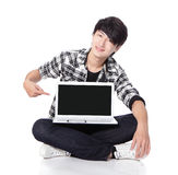 Point de doigt de jeune homme pour vider l'écran d'ordinateur Images libres de droits