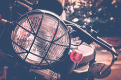 Point de foyer sélectif sur la moto de lampe de phare de vintage Images stock