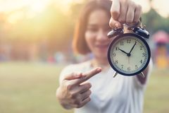 Point de l'adolescence de doigt à l'horloge pendant des périodes vigilantes avertissant la date-butoir Images libres de droits