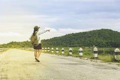 Point de main de femme de voyageur avec le sac à dos appréciant le coucher du soleil sur la crête Photos libres de droits