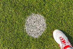 Point de pénalité sur le lancement du football image libre de droits