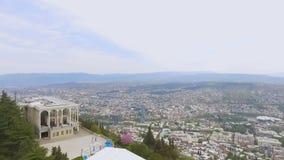 Point de repère architectural de restaurant funiculaire à Tbilisi la Géorgie, vue aérienne banque de vidéos