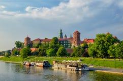 Point de repère célèbre de château de Wawel à Cracovie Pologne Vue de Wisla de rivière Paysage vert d'été ou de ressort image libre de droits