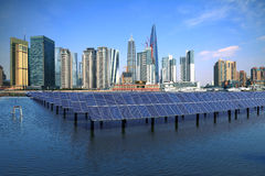 Point de repère d'horizon de Changhaï Bund au panneau solaire d'énergie écologique Photos libres de droits