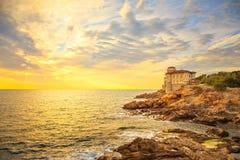 Point de repère de château de Boccale sur la roche de falaise et mer sur le coucher du soleil chaud Le TU Images libres de droits