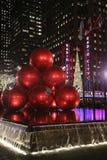 Point de repère de New York City, théâtre de variétés par radio de ville au centre de Rockefeller décoré des décorations de Noël  Photographie stock libre de droits