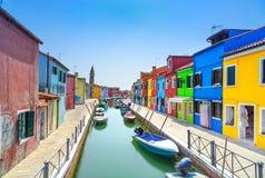 Point de repère de Venise, canal d'île de Burano, maisons colorées et bateaux, Italie Photo libre de droits