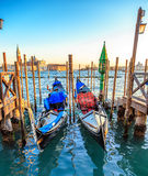 Point de repère de Venise, maisons colorées et bateaux, Italie Image stock