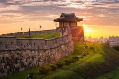 Point de repère et parc de la Corée après le coucher du soleil, architecture traditionnelle à Suwon, forteresse de Hwaseong dans  photo stock