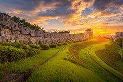 Point de repère et parc de la Corée après le coucher du soleil, architecture traditionnelle à Suwon, forteresse de Hwaseong dans  photos stock